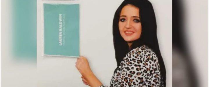 En vez de hoja de vida, joven envió una foto suya en tamaño real para que la contrataran