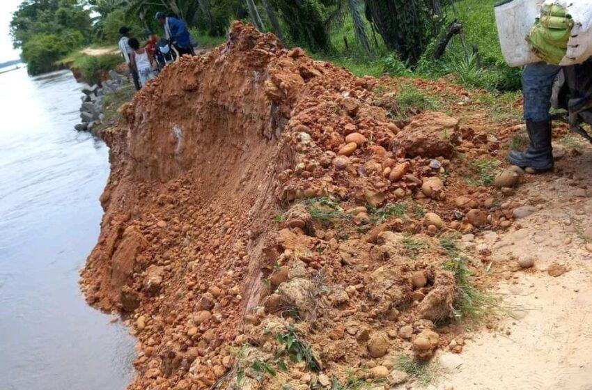 Un Planchón suelto pegó en vuelta perico dañando la vía y colocando en riesgo de inundación a los habitantes de puerto wilches