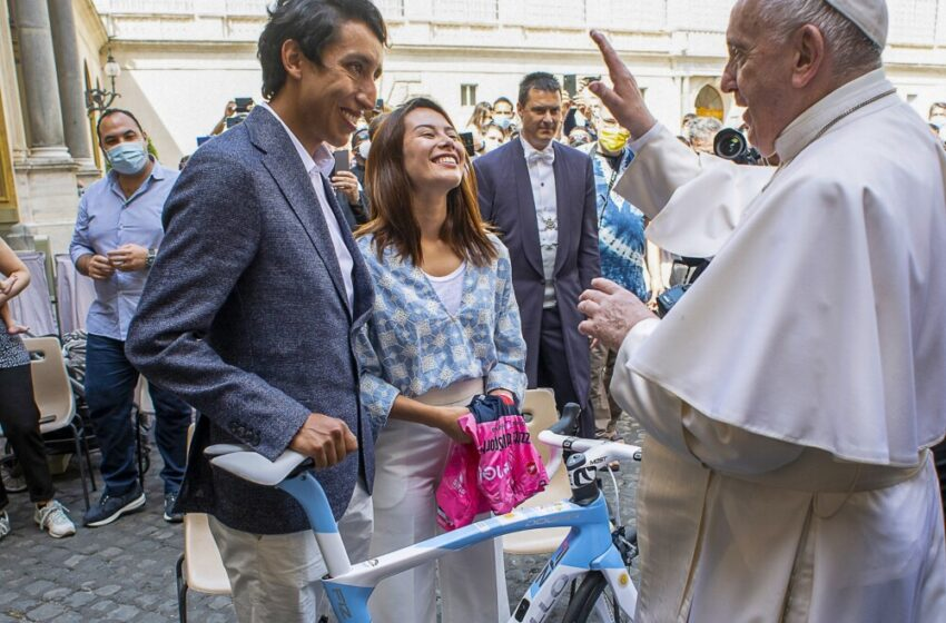 Egan Bernal le regaló una bicicleta al papa Francisco pintada con colores de la bandera de Argentina