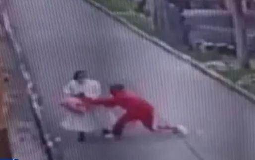 Video: 'malaleche' robó y arrastró a una monjita en el centro de Bogotá