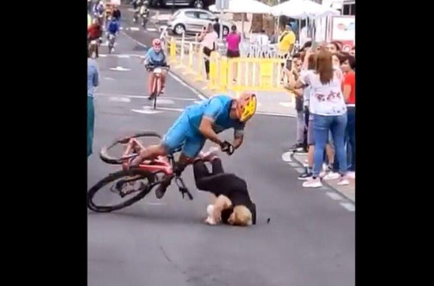 Estampada contra el suelo terminó distraída espectadora en carrera ciclística
